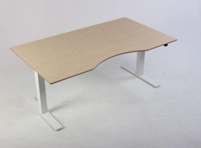 Hæve sænkebord med hvidt stel og bordplade i ahornlaminat