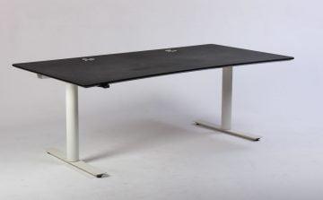 Hæve sænkebord med hvidt stel og sort bordplade