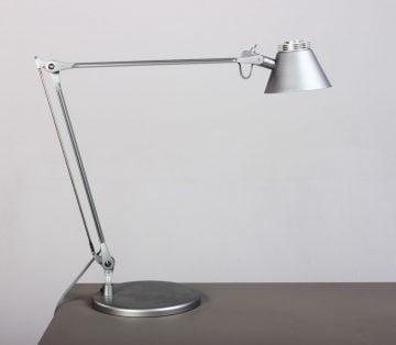 Gedigen kvalitets-bordlampe i mat sølv med LED og matteret glas, for en optimal og behagelig arbejdsbelysning. Afbryderen sidder på lampeskærmen.