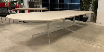 Sandfarvet mødebord